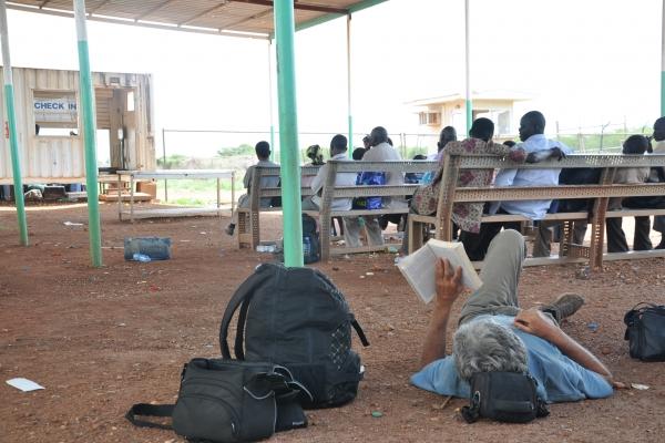 107a-med-cakanjem-na-civilno-letalo-letlalisko-poslopje-bentui-juzni-sudan-junij-201240167382-042E-ED6A-7ADA-40231A7CE298.jpg