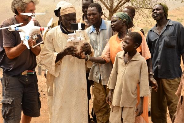 115-novo-orodje-za-pomoc-domacinom-droni-vas-nad-kaudo-nubske-gore-sudan-marec-2015B81B12A6-0B0B-2797-4FB4-D46A8DDCBFB1.jpg