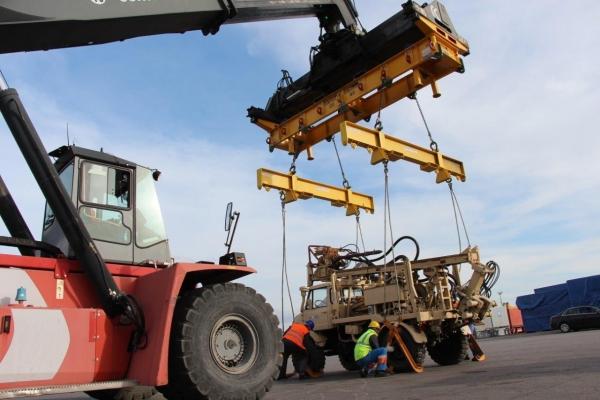 170-med-dviganjem-vrtalnega-stroja-v-odprti-kontejner2B0FF512-880B-B5DB-CBF5-DE11A852FEC4.jpg
