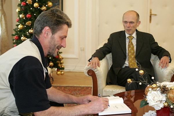 2-27-decembra-2005-se-je-predsednik-slovenije-dr-janez-drnovsek-odzval-na-klice-na-pomoc-iz-nove-vojne-proti-staroselcem-zdaj-tudi-iz-najbolj-zahodne-pokrajine-v-sudanu-darfurja0F609ECA-02CD-2C1F-D55A-E8D4C9C2940F.jpg