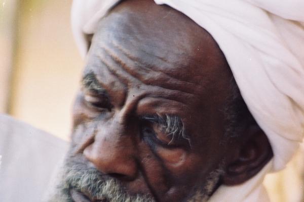 31-suleiman-jamus-plemenski-staresina-darfurskega-ljudstva-zaghawa-in-hkrati-eden-najbolj-spostovanih-sudanskih-duhovnih-voditeljev-musbath-darfur-april-200607969453-4B75-C09A-A4DA-5C9F6640414C.jpg