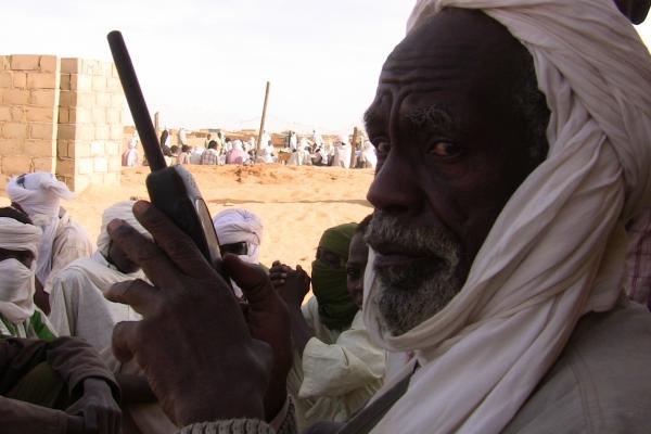 43-jamus-v-eni-od-svojih-najpogostejsih-poz-s-satelitskim-telefonom-v-roki8AAFCF47-8123-7A23-6436-9122DDD0D6C6.jpg