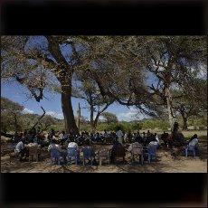 Nubska ljudska skupščina pod drevesom blizu Kaude.