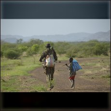 Oče in sin na poti v savani pod gorami. Kam greste Nube?