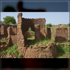 Ruševine tradicionalnih nubskih hiš po bombardiranju vladnih bombnikov je izpral dež zadnje deževne dobe.