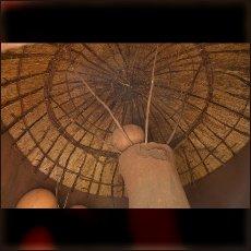 Slamnate strehe so znotraj koč podprte z lončenimi stebri v katerih Nube na varnem pred živalmi hranijo proso.