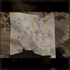 Risbe najmanjših otrok kažejo to, kar se dogaja okoli njih. Vojno in sovražnike, ki napadajo s superiornimi tehničnimi sredstvi.