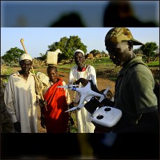 Halim med predstavljanjem kako deluje leteča kamera radovednim domačinom v vasi Tamatingo.
