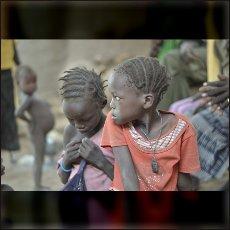 Otroci med približevanjem bombnika blizu vasi Um Dorein.