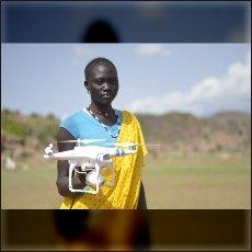 Eden od naših dronov v rokah lokalnega dekleta, ki pozira v reklamne namene.