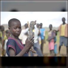 Deček z šrapnelom, ki bi ga lahko ubil, če se ne bi pravočasno skril v »lisičjo luknjo« po zračnem napadu na vas Rekho 12. junija letos.