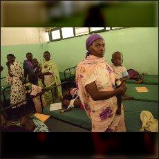 Matere z otroci v misionarski bolnici »Matere usmiljenja« v Gidelu po napadu z MIG-om 6. maja.