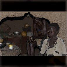 Stara mati in vnuk v značilni nubski hiši v vasi Todoro.