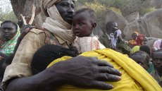 Vojak SPLA North med poročanjem o padlem kolegu njegovi ženi