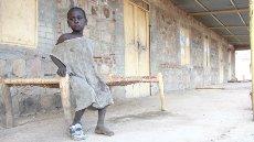 Vojna sirota v zapuščeni bolnici v Kau
